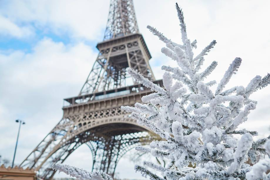 """<strong><a href=""""http://viajeaqui.abril.com.br/cidades/franca-paris"""" target=""""_blank"""" rel=""""noopener"""">Paris</a>, <a href=""""http://viajeaqui.abril.com.br/paises/franca"""" target=""""_blank"""" rel=""""noopener"""">França</a></strong> A cidade mais encantadora do mundo não tem seu charme diminuído durante o inverno. Quando coberta de neve e vestida de branco, a beleza de Paris muda. A metrópole se torna mais misteriosa, contemplativa. Por incrível que pareça, seus cafés e museus se tornam mais quentes e aconchegantes. Apesar do frio, andar pelas ruas também ainda é uma atividade agradável – tamanha beleza espanta todo e qualquer friozinho!"""