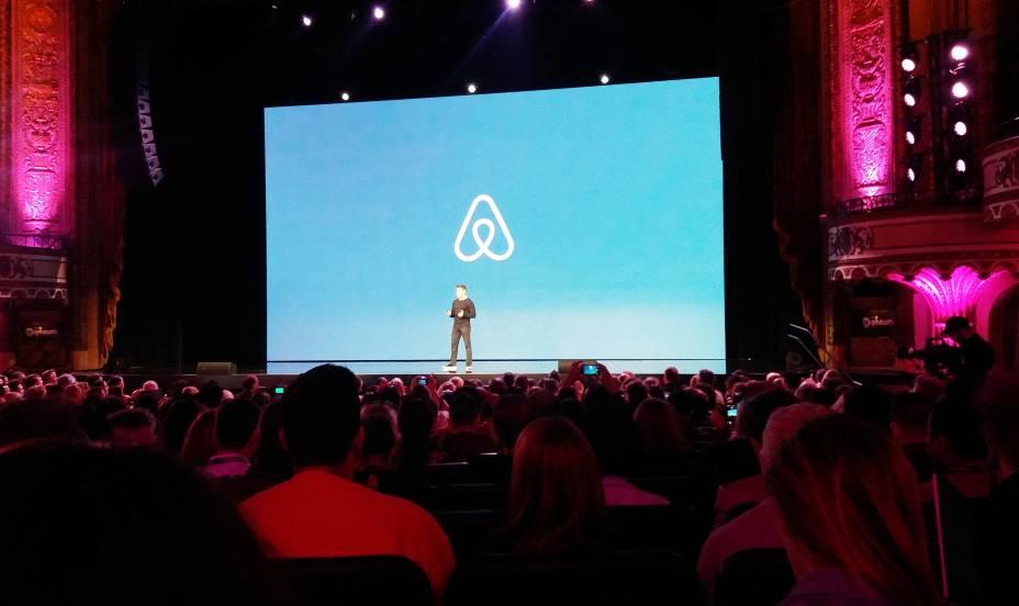 Brian Chesky, fundador do Airbnb, anuncia as novidades da plataforma