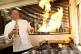 Claude Troisgros, chef do restaurante Olympe, faz suas peripécias na cozinha