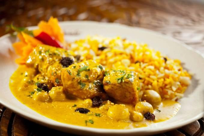 govinda_pa_fotoluissimione-macchi-ao-creme-de-curry-peixe-pedacos-de-peixe-cozidos-ao-creme-de-curry-maca-champignon-e-uvas-passas.jpeg