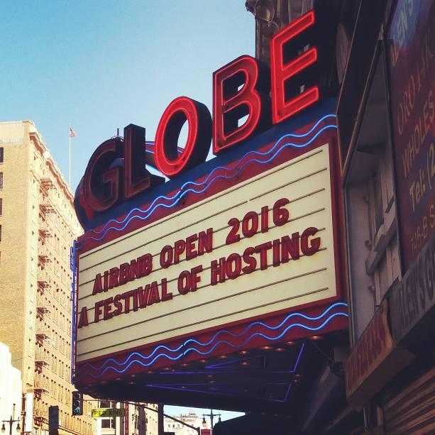 O Orpheum Theatre, na Broadway de Los Angeles, pronto para o grande evento do Airbnb