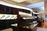 Prateleiras da Lavinia, no bairro de Madeleine, em Paris, a maior loja de vinhos do mundo, com mais de 5 mil rótulos