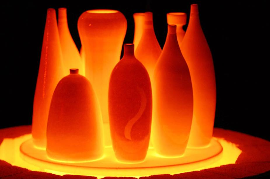 Técnica da queima de raku, em que as peças são finalizadas ainda incandescentes