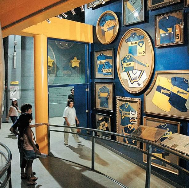 """O Museo de la Pasión Boquense, dentro do estádio La Bombonera, em <a href=""""http://viajeaqui.abril.com.br/cidades/ar-buenos-aires"""" rel=""""Buenos Aires"""">Buenos Aires</a>, é um templo high-tech de idolatria ao Boca Juniors, que conta a história dos jogadores mais famosos, exibe vídeos com jogadas espetaculares e os melhores gols que marcaram o time de futebol argentino"""