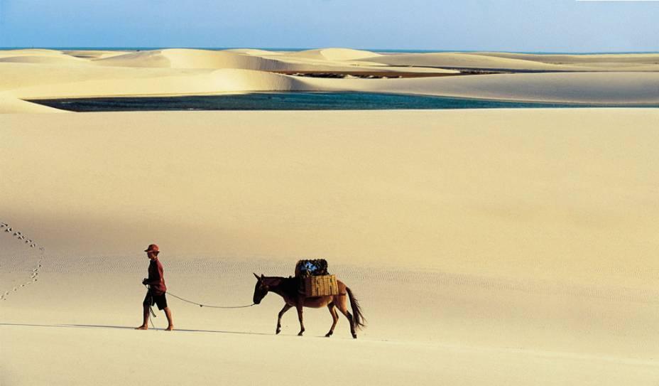"""Um dos passeios mais impressionantes do Brasil é o do <a href=""""http://viajeaqui.abril.com.br/estabelecimentos/br-ma-barreirinhas-atracao-parque-nacional-dos-lencois-maranhenses"""" rel=""""Parque Nacional dos Lençóis Maranhenses"""" target=""""_blank"""">Parque Nacional dos Lençóis Maranhenses</a> (MA)"""