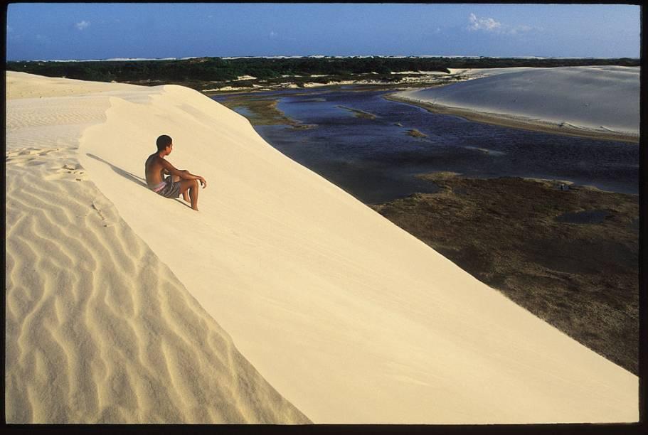 """Esquibunda - uma das brincadeiras que os turistas podem fazer no <a href=""""http://viajeaqui.abril.com.br/estabelecimentos/br-ma-barreirinhas-atracao-parque-nacional-dos-lencois-maranhenses"""" rel=""""Parque Nacional dos Lençóis Maranhenses"""" target=""""_blank"""">Parque Nacional dos Lençóis Maranhenses</a>"""