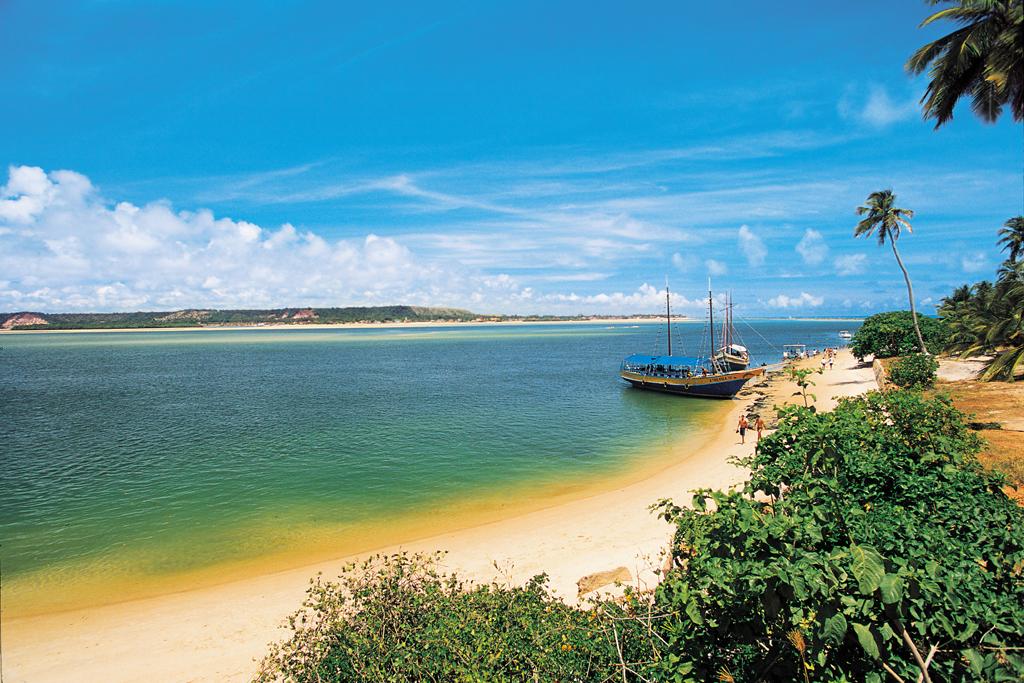 Escuna ancorada na Praia do Gunga, em Barra de São Miguel, Alagoas