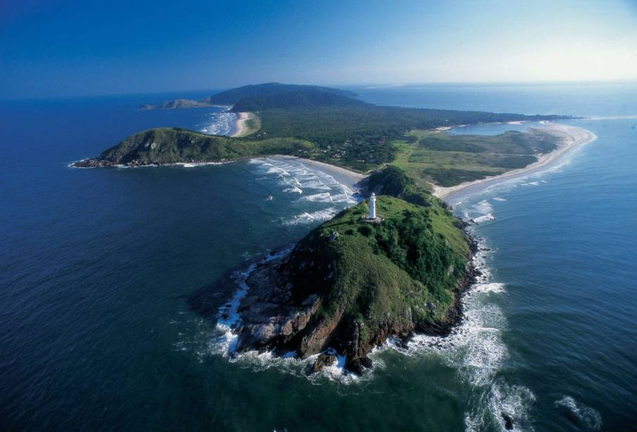 Vista aérea da Ilha do Mel, dividida em duas vilas principais: Encantadas e Nova Brasília