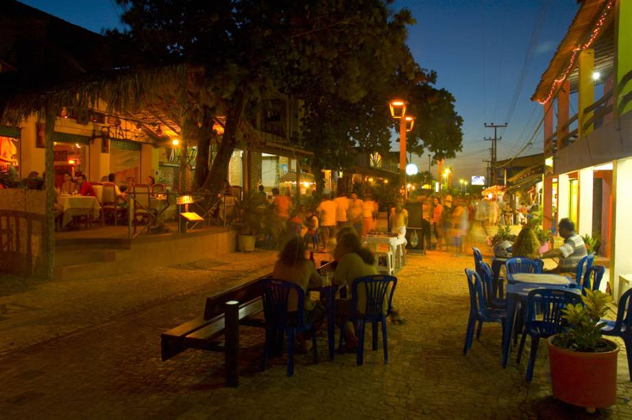 Agito noturno na Rua da Broadway, vila de Canoa Quebrada, na Costa Sol Nascente.