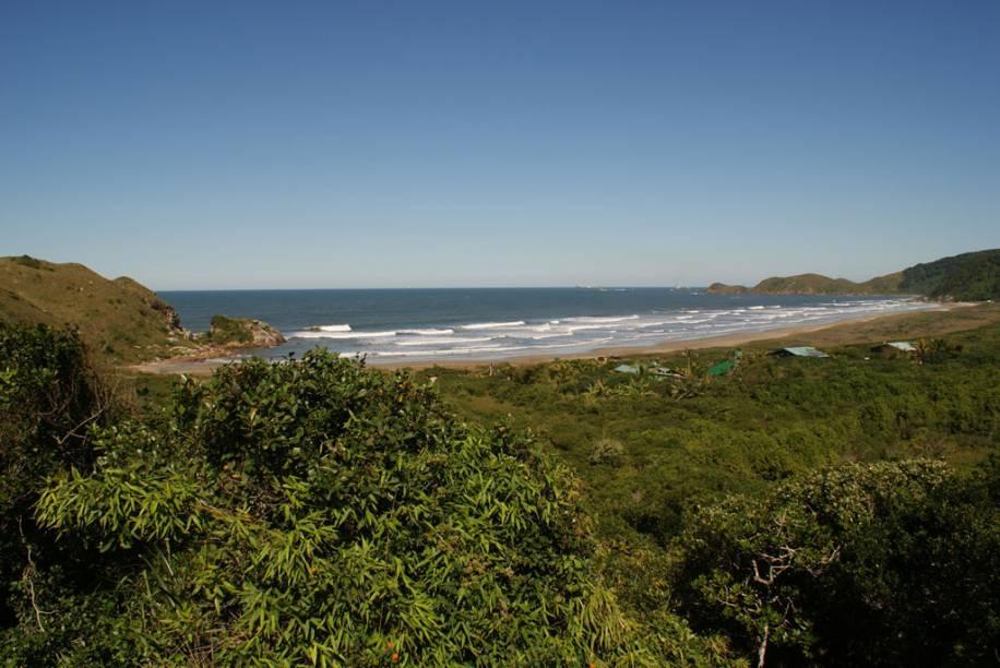As boas ondas da Praia Grande atraem os surfistas, que se concentram do lado esquerdo