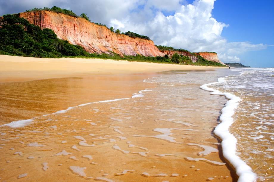 """Falésias, mata nativa e mar transparente fazem da <a href=""""http://viajeaqui.abril.com.br/estabelecimentos/br-ba-arraial-dajuda-atracao-praia-taipe?j"""" rel=""""Praia Taípe"""" target=""""_blank"""">Praia Taípe</a> uma das mais belas e mais preservadas da região"""