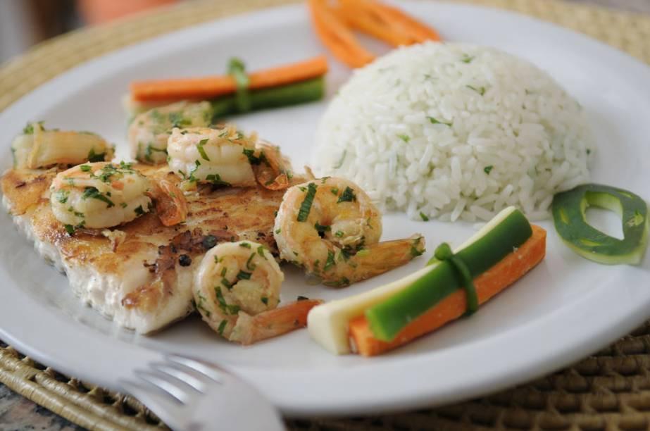 """""""Robalo com camarão, ervas e legumes"""", prato do restaurante do Resort Village Long Beach, na Vila de Canoa Quebrada."""