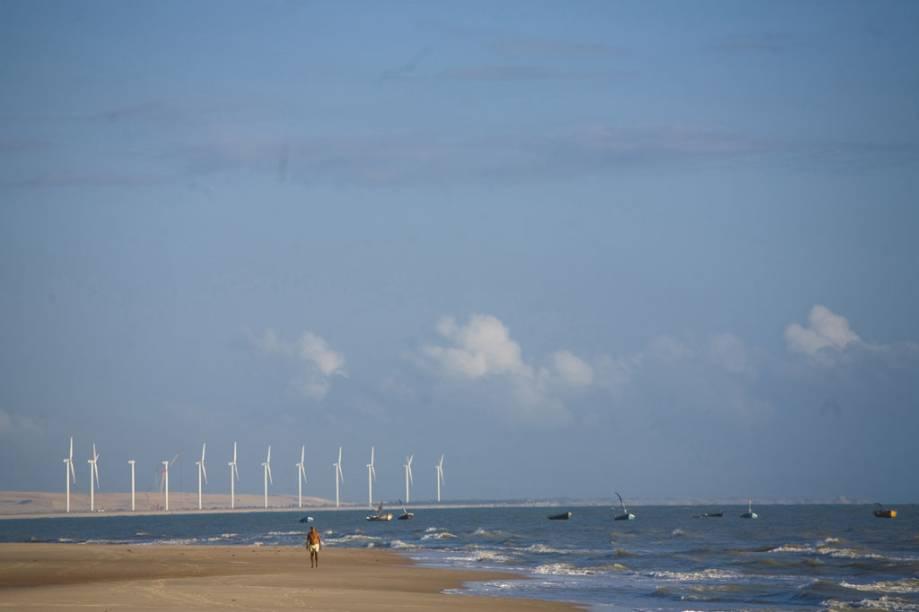 Usina eólica na Praia de Canoa Quebrada.