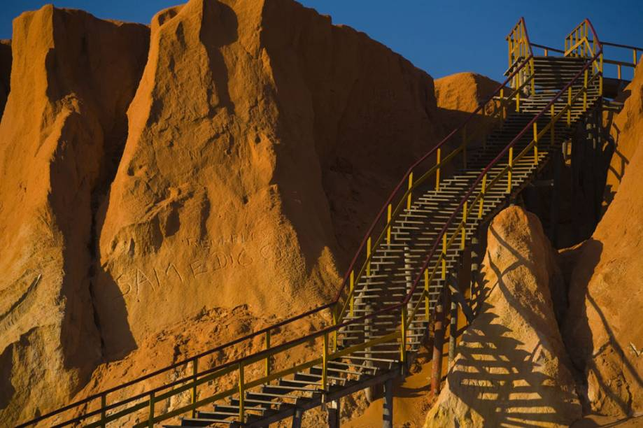 Escadaria de acesso a praia na falésia de Canoa Quebrada.