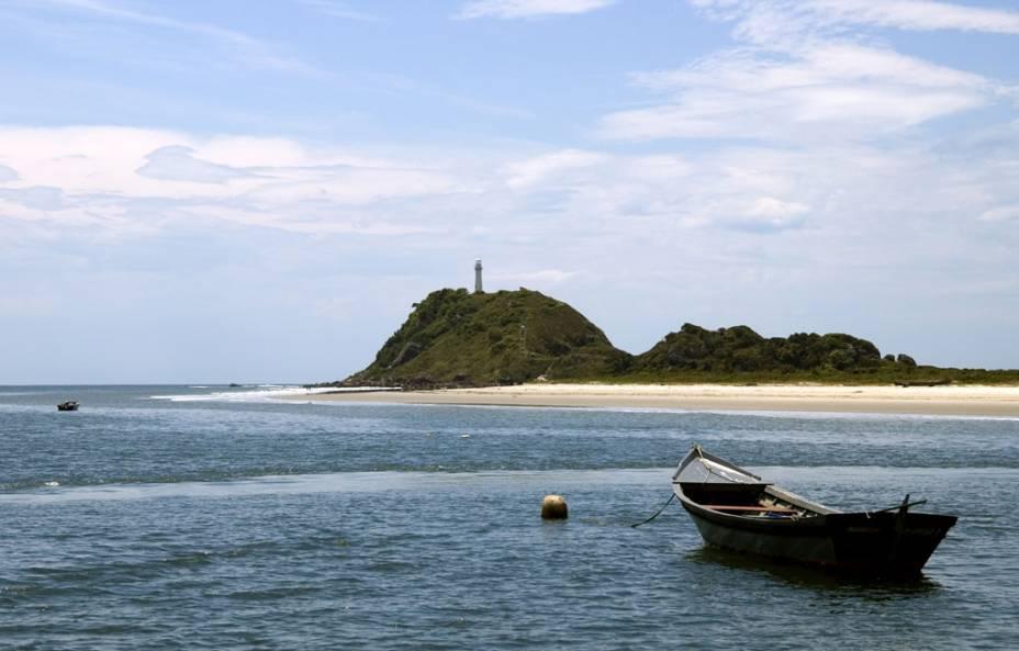 Outra atração famosa da ilha, o Farol das Conchas não permite visita interna, mas vale o visual do topo do morro, acessado por escadaria