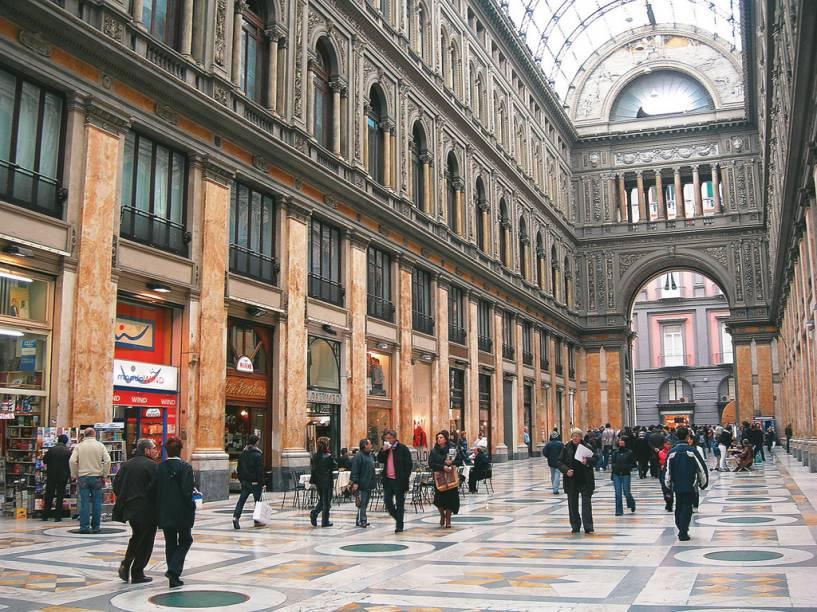 A antiga Galleria Umberto I, do século 19, é famosa pela arcada com abóbada de vidro e fica em frente ao Teatro San Carlo, em Santa Lucia