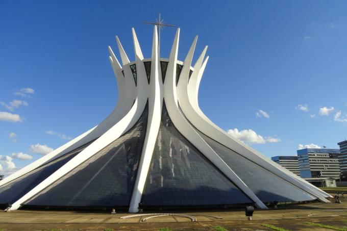 01-catedral_de_brasilia-exterior-wikimedia-commons-daderot.jpeg