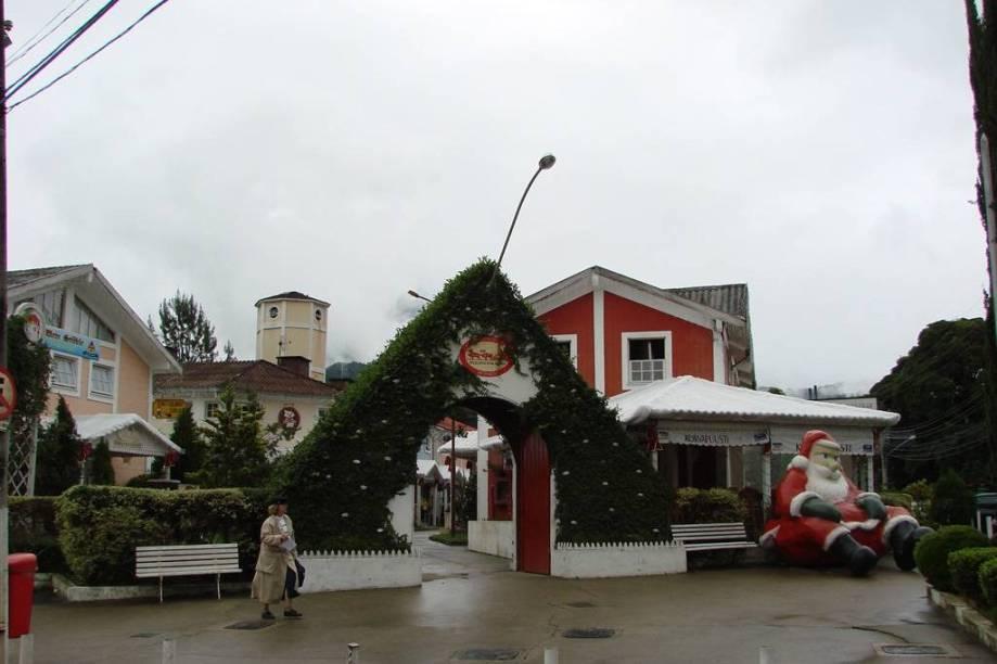 """Conhecido como """"shopping do Papai-Noel"""", a <a href=""""http://viajeaqui.abril.com.br/estabelecimentos/br-rj-penedo-atracao-pequena-finlandia"""" rel=""""Pequena Finlândia"""" target=""""_blank"""">Pequena Finlândia</a> abriga a casa do bom velhinho, uma versão da matriz, na Finlândia, com direito a trenó de mais de 128 anos"""