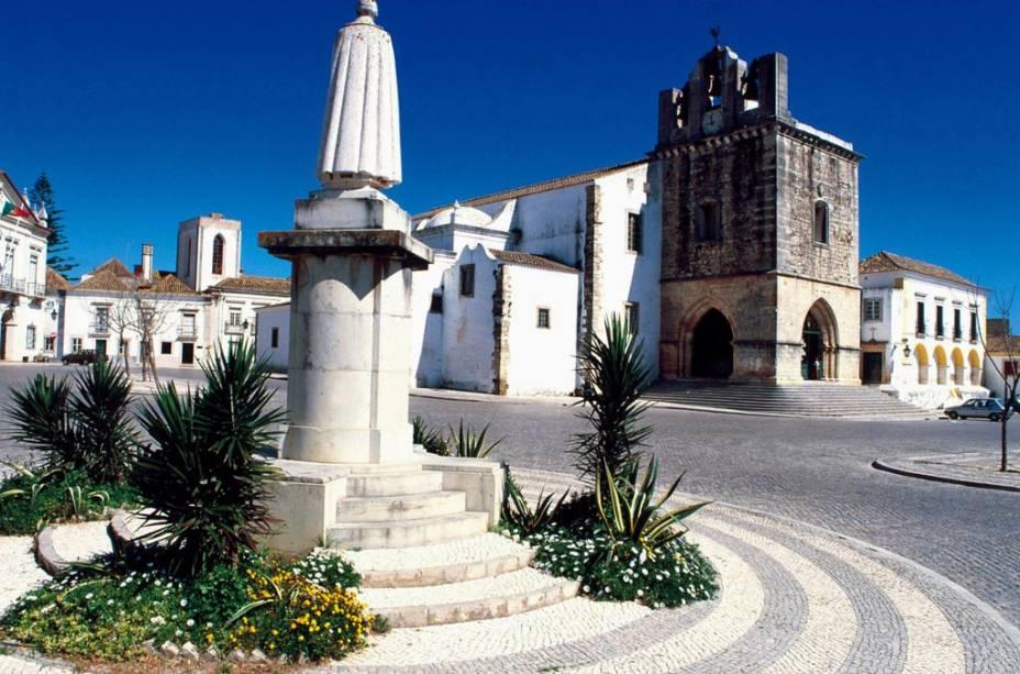 Estátua do bispo Francisco Gomes de Avelar em frente à Sé Catedral, em Faro, Portugal
