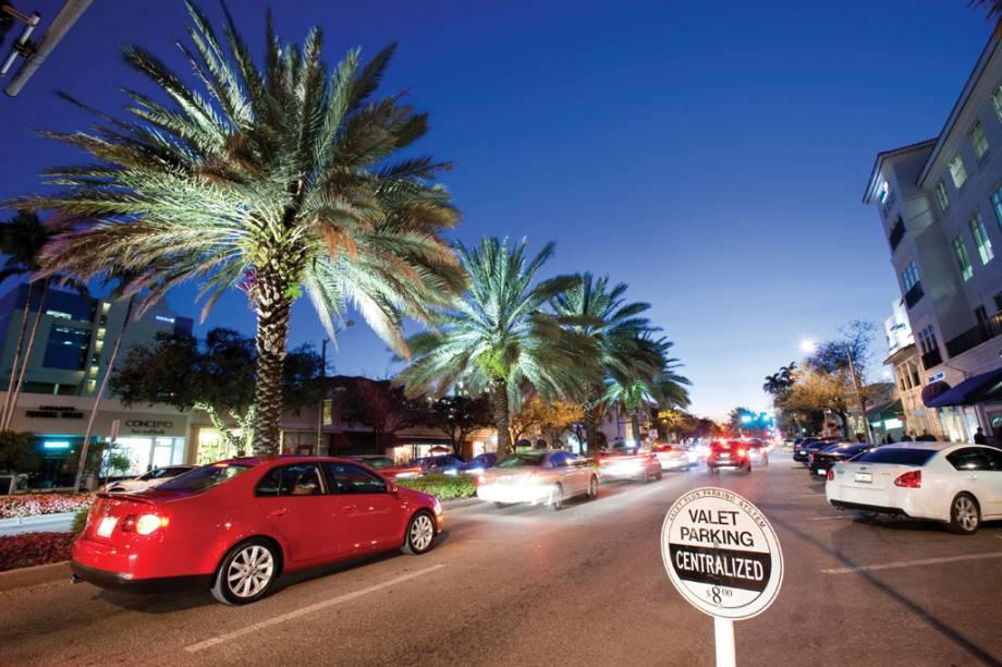 Carros de luxo circulam pela Miracle Mile, quarteirão de Coral Gables, em Miami