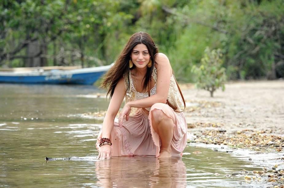 """A novela """"Amor Eterno Amor"""", produzida em 2012 pela Rede Globo, tornou Alter do Chão conhecida do resto do país; na foto, a atriz protagonista Carol Castro, com a praia como cenário"""