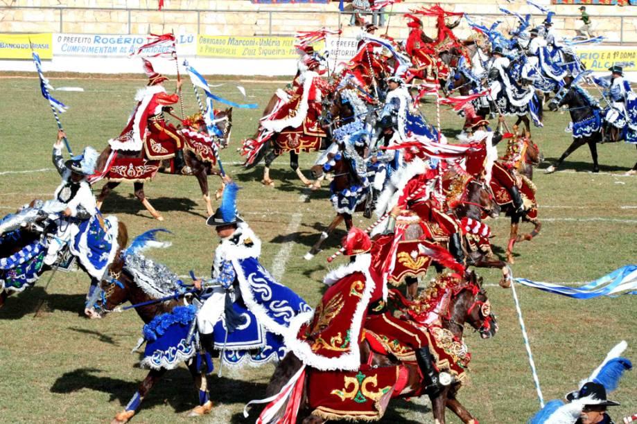 Em Pirenópolis (GO), a luta coreográfica entre 12 cavaleiros de azul (os cristãos) e 12 de vermelho (os mouros) é o auge da Cavalhada