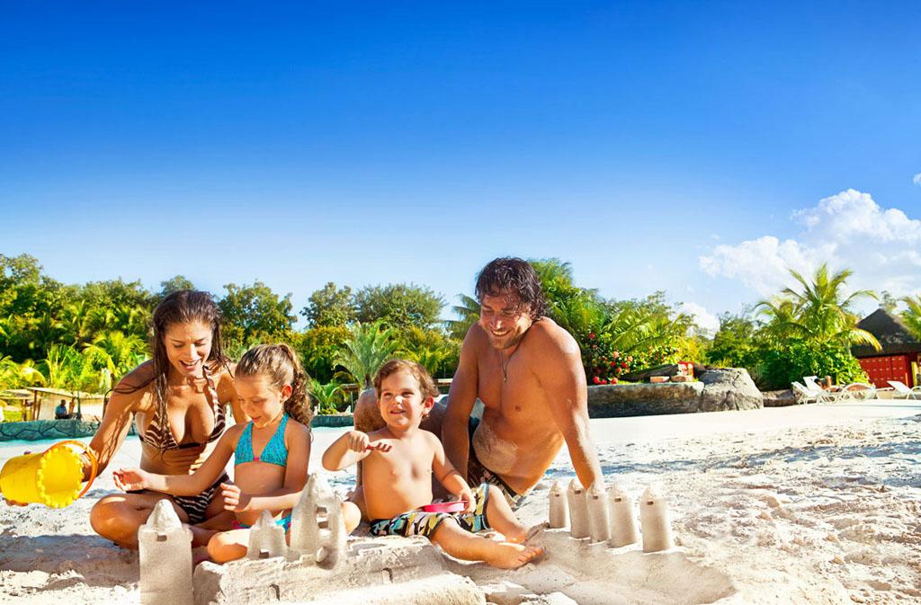 Família na Praia do Cerrado, do Hot Park, no complexo Rio Quente Resorts