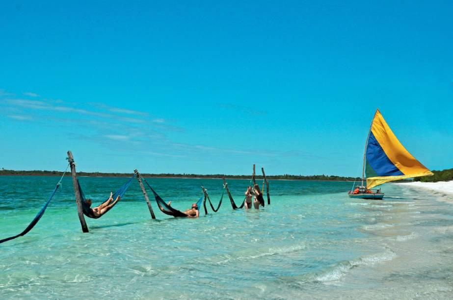 Redes e jangada para turistas na Lagoa do Paraiso, em Jericoacoara