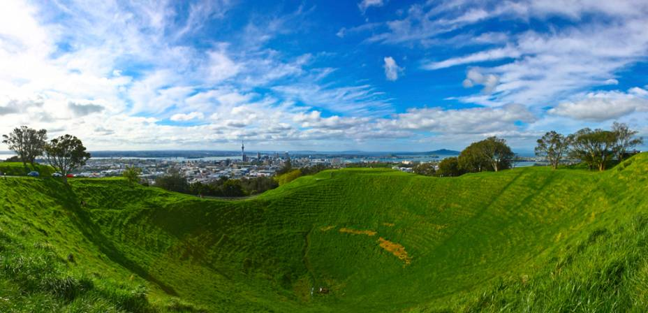 Do topo do Monte Eden, um vulcão extinto, dá pra ter uma visão panorâmica dos bairros e baías de Auckland, entre o Golfo de Hauraki e o porto de Manukau