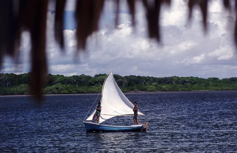 """De <a href=""""http://viajeaqui.abril.com.br/cidades/br-ma-barreirinhas"""" rel=""""Barreirinhas (MA)"""" target=""""_blank"""">Barreirinhas (MA)</a> sai um pequeno barco de alumínio, chamado voadeira, que desce o Rio Preguiças. Pelo caminho, pode-se ver paisagens exuberantes. Na primeira parada, em Vassouras, pode-se conhecer os Pequenos Lençóis e tirar fotos dos macacos do bar Tenda dos Macacos; <a href=""""http://viajeaqui.abril.com.br/estabelecimentos/br-ma-barreirinhas-atracao-de-barco-pelo-rio-preguicas"""" rel=""""saiba mais sobre este passeio"""" target=""""_blank""""><strong>saiba mais sobre este passeio</strong></a>"""