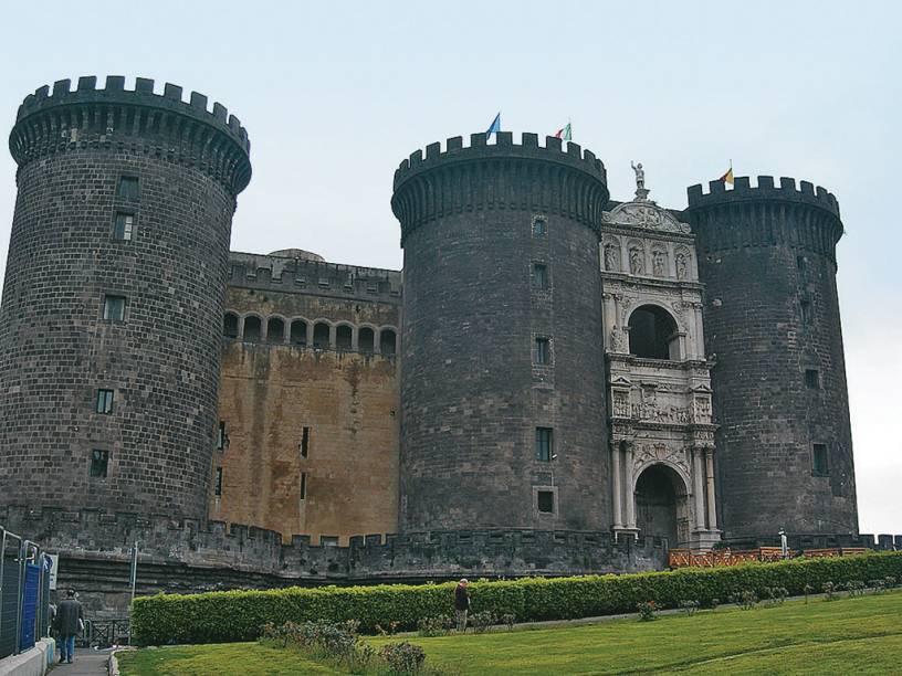 O Castel Nuovo, antiga residência de Fernando de Aragão, no século 15, foi construído dois séculos antes por Carlos I de Anjou com o objetivo de expandir a cidade