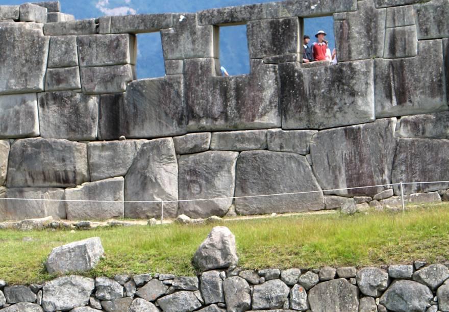 Do Templo de Las Tres Ventanas é possível ver a Praça Sagrada lá embaixo com as montanhas altíssimas como pano de fundo