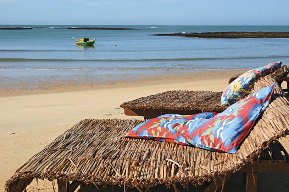 As redes e espreguiçadeiras forradas de almofadas coloridas, em que turistas tomam sol e bebem caipirinha, já viraram símbolo da Praia do Espelho