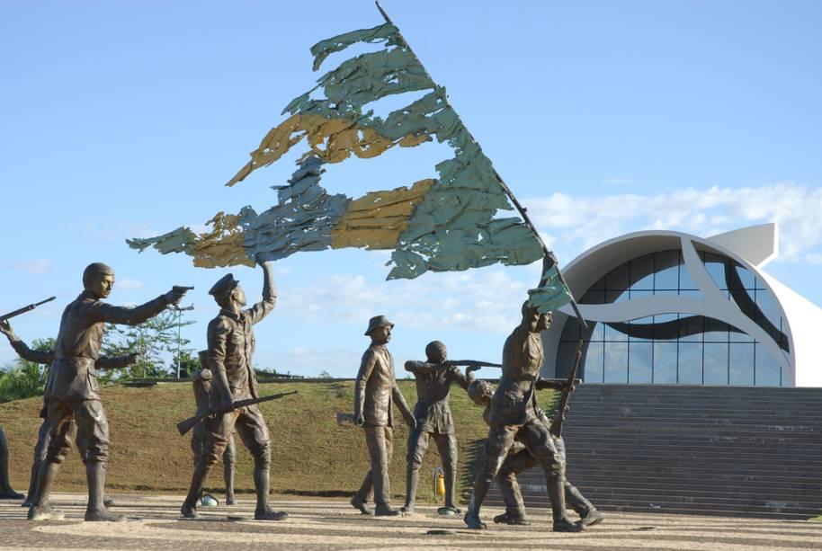 Localizada no Marco do Centro Geodésico do Brasil, a Praça dos Girassóis em Palmas abriga uma Rosa dos Ventos, seu piso tem painéis que fazem aluzão às etnias indígenas de Tocantins