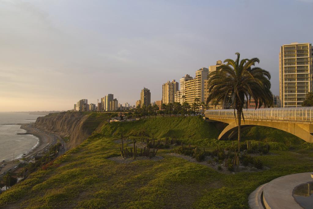 Bairro de Miraflores, em Lima, conhecido por suas praias, jardins e shoppings