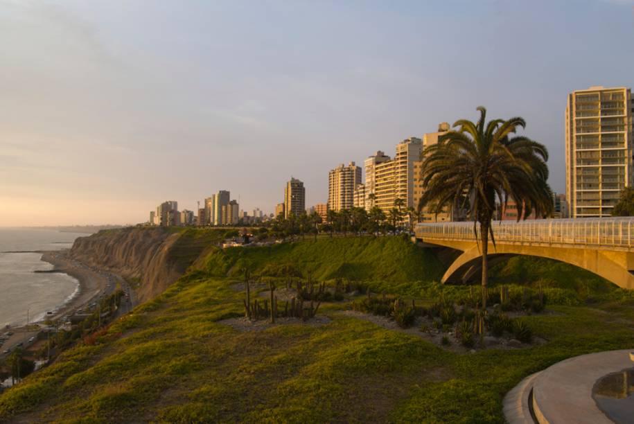 """Bairro de <a href=""""http://viajeaqui.abril.com.br/estabelecimentos/peru-lima-atracao-miraflores"""" rel=""""Miraflores"""" target=""""_blank"""">Miraflores</a>, em Lima, conhecido por suas praias, jardins e shoppings"""