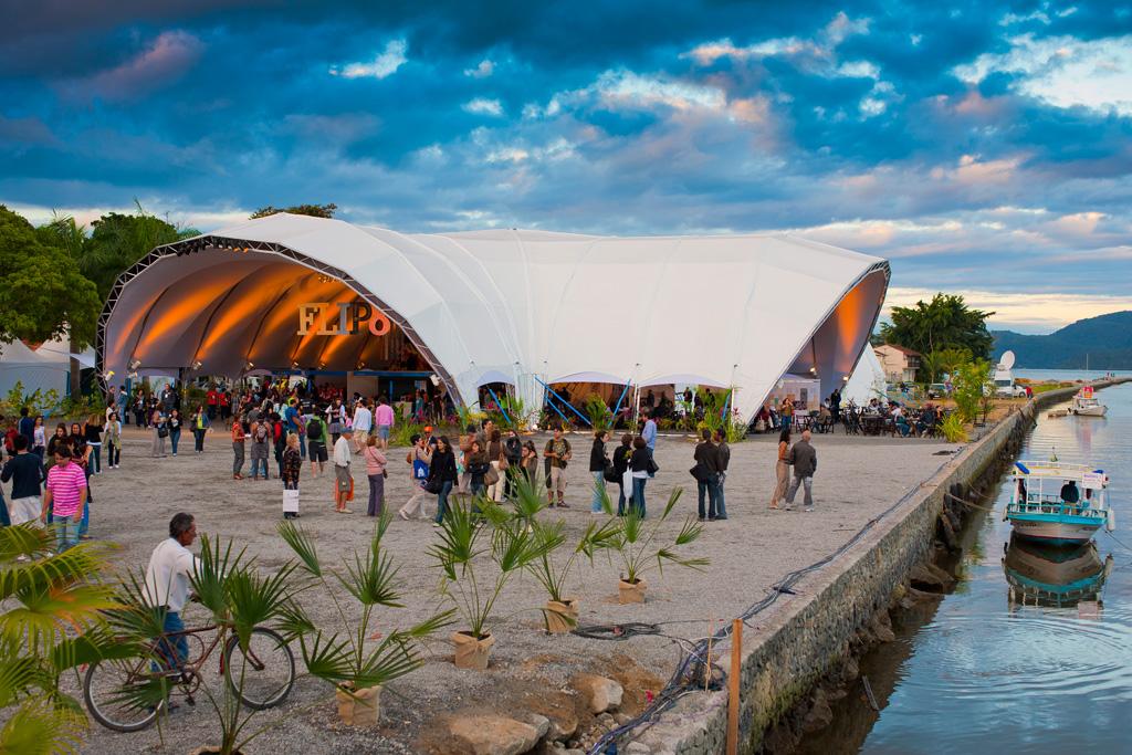 A Festa Literária Internacional de Paraty (Flip) debate literatura e promove palestras de autores do mundo todo