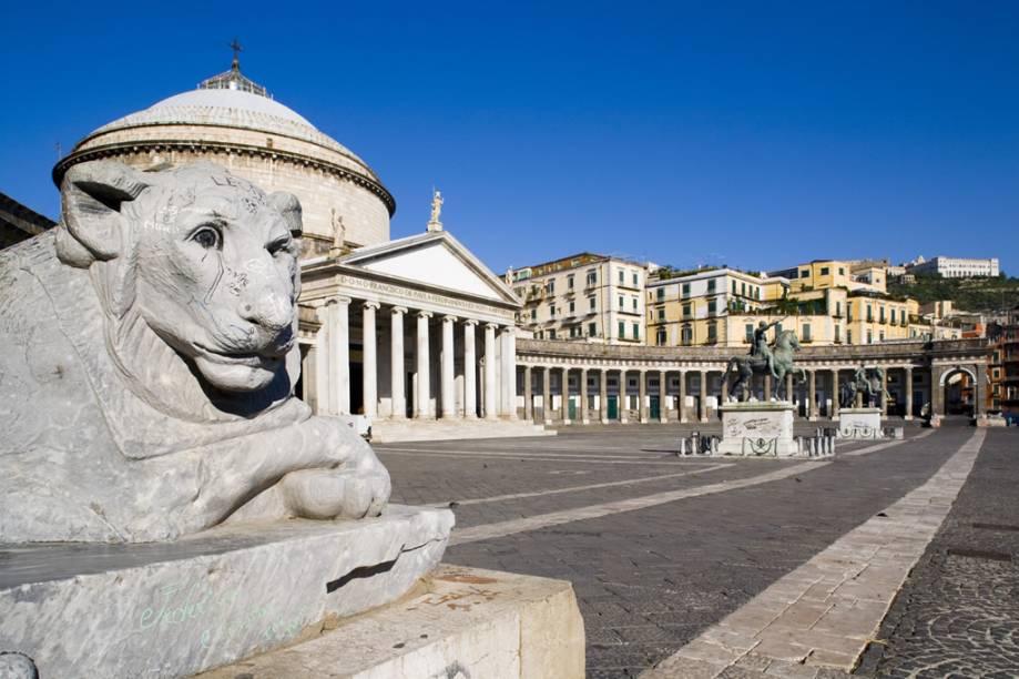Construída em 1817, a Chiesa di San Francesco di Paola fica na maior praça da cidade de Nápoles, a Piazza del Plebiscito; sua arquitetura imita a do Panteão, de Roma