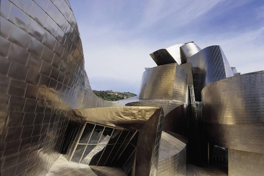 O Museu Guggenheim de Bilbao se destaca por suas curvas e formas de titânio