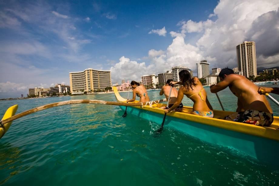 As praias e os hotéis de Waikiki Beach são mundialmente conhecidos, além de serem uma das atrações mais procuradas de Honolulu. Na foto, a prova de canoagem clássica havaiana
