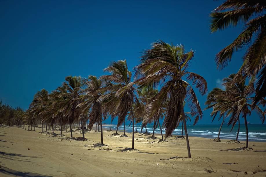 Mais central e movimentada da vila, a Praia do Cumbuco é o ponto de partida dos passeios de bugue, cavalo e quadriciclo