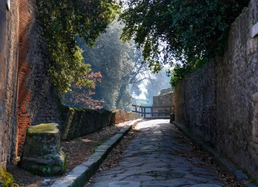 Um dos passeios mais atrativos a partir de Nápoles é para o sítio arqueológico de Pompeia - reserve um dia para pegar o trem para conhecer a cidade, completamente destruída por uma erupção do vulcão Vesúvio, em 24 de agosto de 79 d.C.