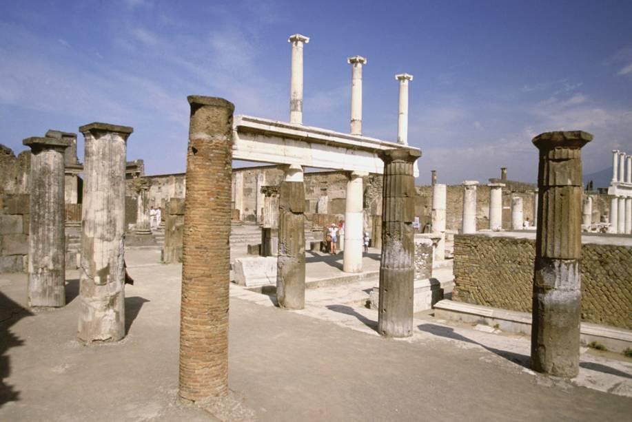 As fascinantes ruínas de Pompeia atraem mais de 2,4 milhões de turistas por ano ao sítio arqueológico; no passeio, é possível vislumbrar o formato de corpos de antigos moradores, perservados pela cinza vulcânica que esfriou sobre as pessoas e animais