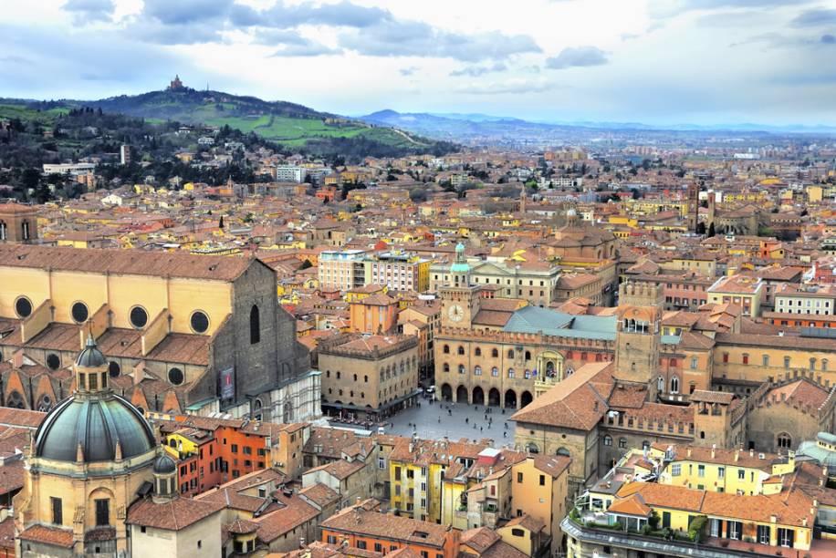 """Vista geral de Bolonha, Itália, a partir do alto das <a href=""""http://viajeaqui.abril.com.br/estabelecimentos/italia-bolonha-atracao-le-due-torri"""" rel=""""torres"""" target=""""_blank"""">torres</a> que, apesar de tortas, são o símbolo da cidade terracota"""