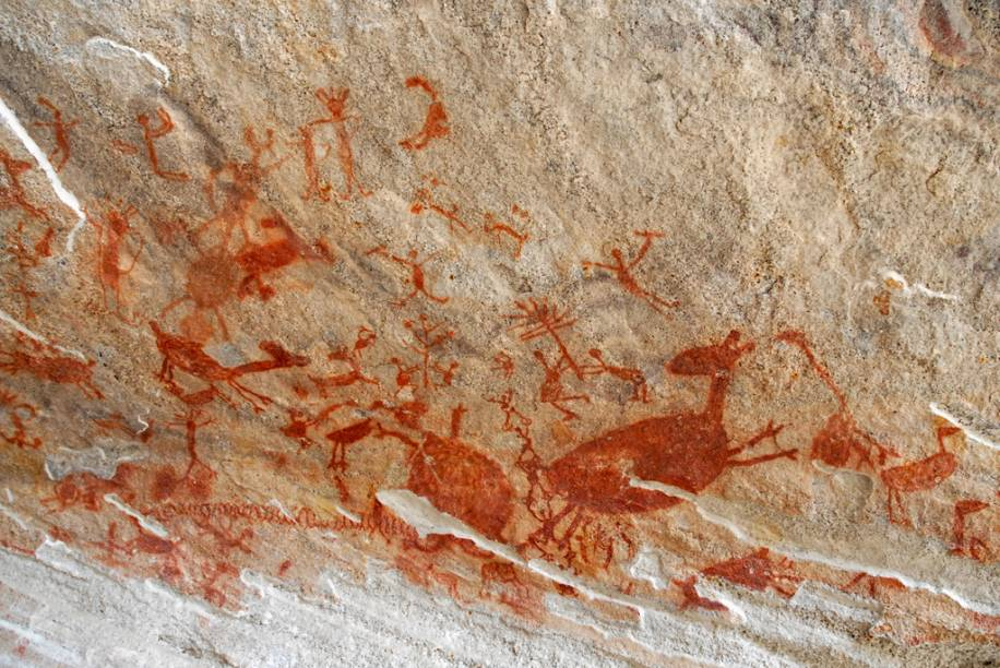 """Pinturas rupestres da toca da entrada do Baixão da Vacano <a href=""""http://viajeaqui.abril.com.br/cidades/br-pi-serra-da-capivara"""" rel=""""Parque Nacional da Serra da Capivara"""" target=""""_blank"""">Parque Nacional da Serra da Capivara</a>, Piauí"""