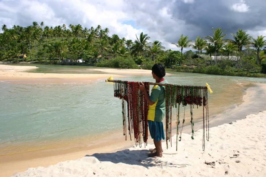 Índio Pataxó vendendo artesanato na Praia do Espelho