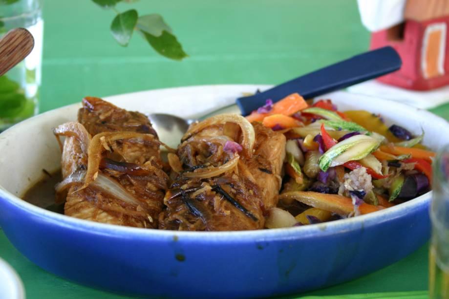 Peixe ensopado com juliana de legumes temperados com nam pla tailandês, prato do restaurante da Silvinha, na Praia do Espelho