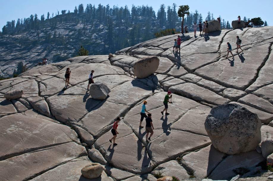Pedregulhos se encarapitam de maneira aleatória no pico Olmsted, no parque nacional de Yosemite (EUA). Uma geleira esculpiu o leito de pedra de 92 milhões de anos aqui e deixou os pedregulhos, arrancados de uma montanha próxima, quando recuou. As pedras, junto com sulcos no leito de pedra, mostram o caminho da geleira