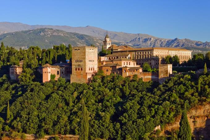 O Alhambra, um complexo de fortalezas, palácios e jardins emoldurados por belas muralhas avermelhadas, foi o centro do poder muçulmano durante séculos