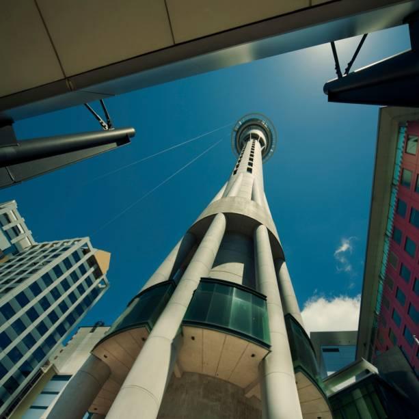 Na Sky Tower, com 328 metros de altura, é possível ter uma visão de 360º de Auckland e até pular de bungee jump